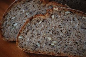 узнай сколько калорий в черном и зерновом хлебе