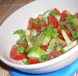 Сколько калорий в овощном салате с киви, помидорами и огурцами