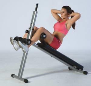 Как следует выполнять упражнения на скамье для пресса