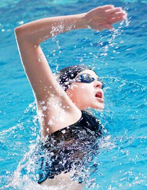 Каковы положительные стороны стиля плавания кроль