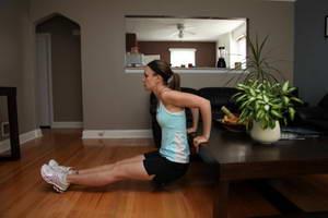 """Как выполнять упражнение """"Отжимание на трицепс от скамьи"""" в домашних условиях"""""""