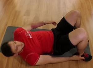 Какова техника выполнения упражнения на косые мышцы пресса