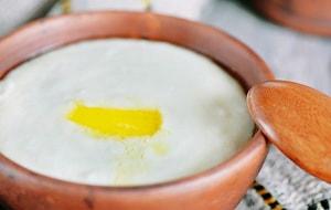Как можно приготовить манную кашу на молоке без комочков