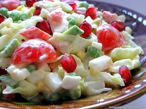Какие ингредиенты можно включить в простой рецепт салата из крабовых палочек