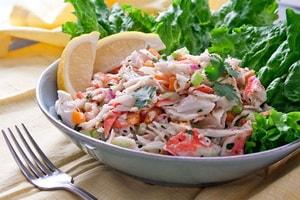 Какие еще ингредиенты можно включить в рецепт вкусного салата из крабовых палочек