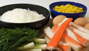 Какие ингредиенты входят в простой салат с крабовыми палочками