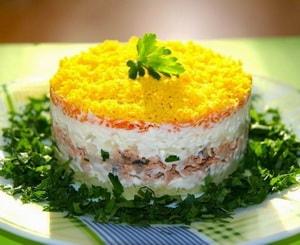 """Каков рецепт приготовления салата """"Мимоза"""" с рыбной консервой"""