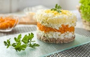 """Какие еще ингредиенты может включать в себя рецепт приготовления салата """"Мимоза"""""""
