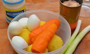 """Какие ингредиенты входят в классический рецепт приготовления салата """"Мимоза"""""""