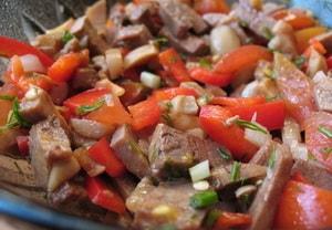 Какими еще ингредиентами можно разнообразить рецепт с фото самого вкусного салата из говяжьего языка
