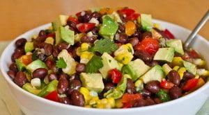 Какие ингредиенты могут обогатить простой салат с консервированной фасолью