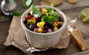 Какие ингредиенты могут входить в простой салат с консервированной фасолью