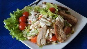 Какова диетическая ценность вкусного салата с копченой куриной грудкой