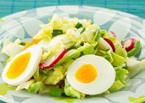 Какова диетическая ценность салата из редиски с яйцом и огурцом