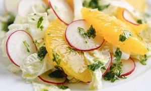 С какими еще ингредиентами можно приготовить салат с редиской, яйцом и огурцом