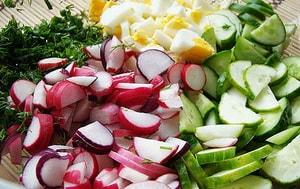 Какие ингредиенты входят в состав салата из редиски с яйцом и огурцом