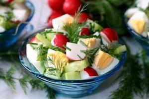 Как приготовить салат из редиски с яйцом и огурцом