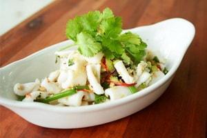 Какие еще ингредиенты можно положить в салат с кальмарами, яйцами и огурцом