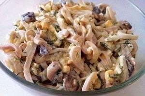 С какими еще ингредиентами можно приготовить салат с кальмарами, яйцами и огурцом
