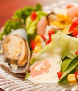 Какова диетическая ценность очень вкусного рецепта салата с мидиями с фото
