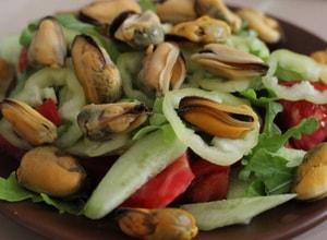 Какие еще ингредиенты можно включить в рецепт очень вкусного и легкого салата с мидиями с фото