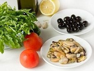 Какие ингредиенты входят в рецепт очень вкусного салата с мидиями с фото