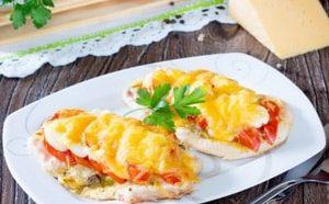 Где можно найти рецепт куриного филе с помидорами и сыром, запеченного в духовке с фото