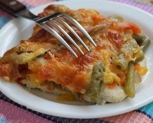 С какими ингредиентами можно приготовить запеченное куриное филе с помидорами и сыром