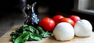 Какие ингредиенты входят в состав салата Капрезе с моцареллой