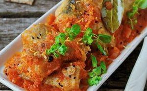 Где можно найти рецепт приготовления тушеного с овощами минтая