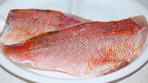 Как выбрать ингредиенты для того, чтобы приготовить морского окуня, запеченного в духовке