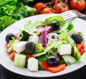 Какова диетологическая ценность греческого салата с фетаксой, приготовленного по рецепту с фото