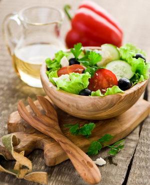 Как и с какими дополнительными ингредиентами можно приготовить греческий салат в домашних условиях
