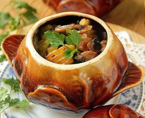 Где можно найти рецепт с фото жаркого с мясом и картошкой в горшочке в духовке