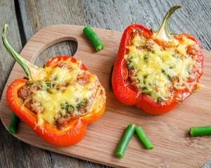 Как приготовить фаршированный перец половинками с курицей, помидором и сыром в духовке