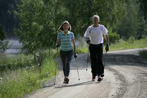 Видео разминки и инструкций по технике скандинавской ходьбы с палками для пожилых людей