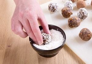 """Как приготовить конфеты """"Ассорти под кокосом"""" из сухофруктов и орехов своими руками"""