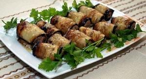 Как приготовить рулеты из баклажанов с куриным фаршем, мягким сыром и чесноком