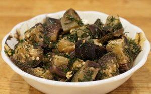 Как лучше всего можно приготовить быстрые маринованные баклажаны с чесноком и зеленью