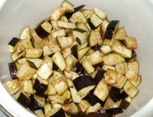 Какие ингредиенты необходимы для того, чтобы приготовить маринованные баклажаны быстрого приготовления с чесноком и зеленью