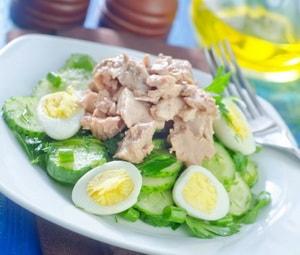Какова диетическая ценность салата с печенью трески, приготовленного по рецепту с фото