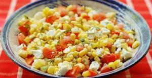 Какова диетическая ценность салатов с консервированной кукурузой, приготовленных по рецепту с фото