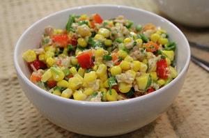 Как и с какими дополнительными ингредиентами можно приготовить простой салат с консервированной кукурузой по рецепту с фото