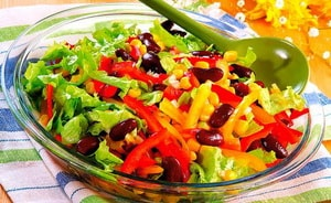 Как приготовить быстрый овощной салат с консервированной кукурузой, фасолью, помидорами и болгарским перцем