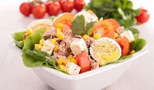 Как и с какими ингредиентами можно приготовить салат из консервированного тунца