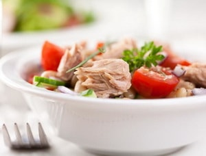 Как приготовить легкий салат с консервированным тунцом, помидорами черри и огурцами