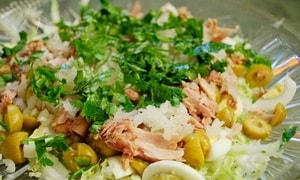 Как приготовить салат из консервированного тунца с яйцом и сыром