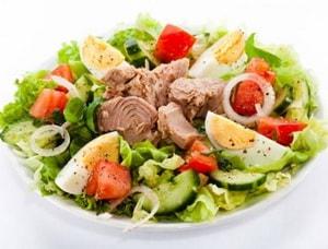 Какова диетическая ценность салата с консервированным тунцом, приготовленного по простому рецепту