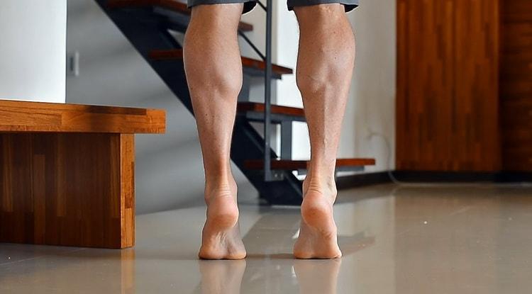 выполняем ходьбу на носочках