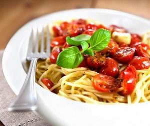 готовые макароны с сыром и базиликом
